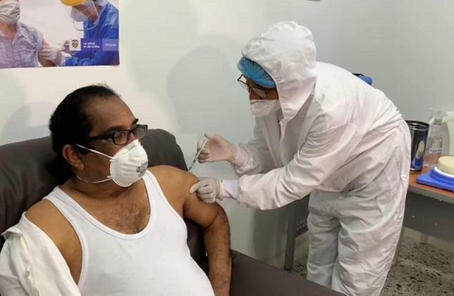 Juan Manuel Montes siendo vacunado contra el covid