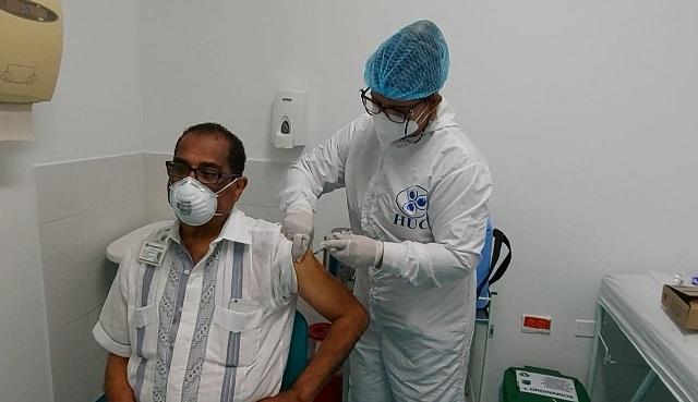 Juan Montes aplicandose segunda dosis contra el covid19